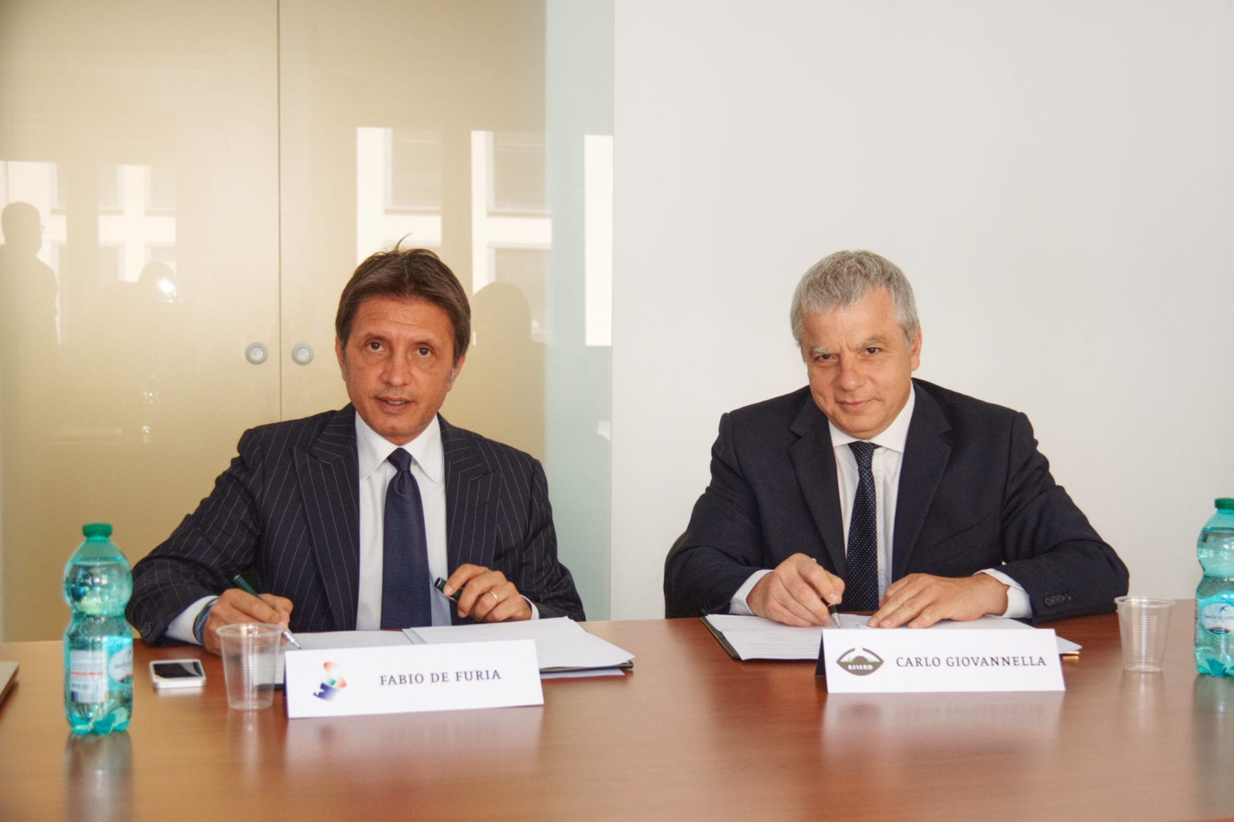 Fabio De Furia (MSIC) and Carlo Giovanella (ASLERD) sign the agreement.